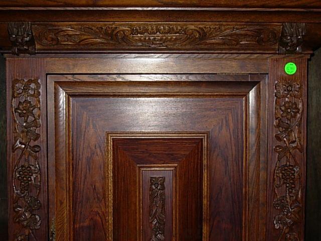 č.968 skříň šatní dekorativní